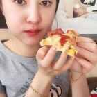 吃披萨。看吃播还能涨姿势,哈哈你get到二姐的新技能了么#吃秀##美食##热门#