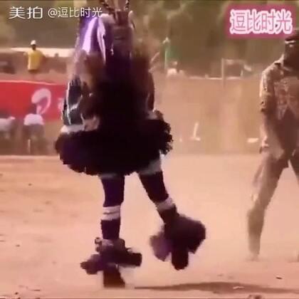 #搞笑##逗比时光#踩得一手好缝纫机,这个非洲人的广场舞厉害了!😌😌😌