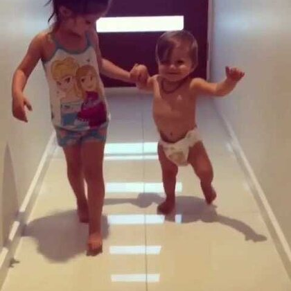 我们在Nanny(奶奶)家的走廊里漫步 他真的是一个会走路的男孩了!还有一个月就要一岁了!时间都去了哪里?😭#宝宝##BabyRomeo##瓦伦蒂娜卡朴蕊##宝宝走路记#