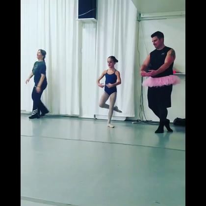 爸爸和女儿一起跳浪漫芭蕾,差点没笑屎我,好有爱!😂