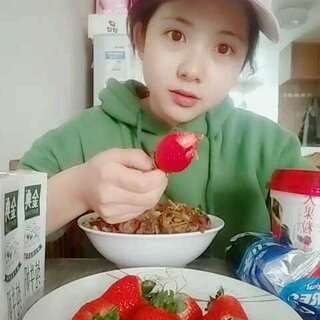 #吃秀##直播吃饭#直播吃东西##5分钟美拍#果断选择这个做封面 感觉自己萌萌哒 草莓🍓🍓🍓吃起来 让我掉进草莓堆里面可好呢