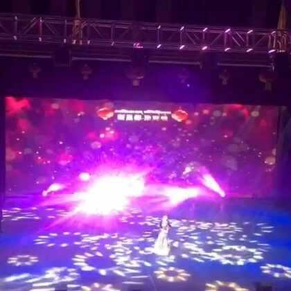 #洛萨扎西德勒# 昌都市2017藏历火鸡年 春节联欢晚会 太精彩了 我已经用了我的洪荒之力在给你们录 但是没办法 位置太后面。舞台灯光又太强。导致我的视屏里都找不到歌手 不过不影响 这首歌真的超级超级好听。还有很多 等我粗糙的剪剪再发出来 😂😂😂#求上一次热门#