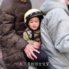 媽騎車穿羽絨外套竟讓爸爸穿背心?!😰被路人爆料了!?😱😱😱其實沒有了解真相之前不應該以偏概全喔😌#逗比##搞笑##寶寶#