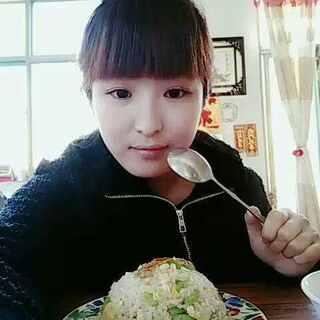今天又是寒酸的饭食,炒米饭,里面放了鸡蛋和尖椒,#我是吃货我自豪#是的我是一个来自农村的普通女子,😁#吃秀#