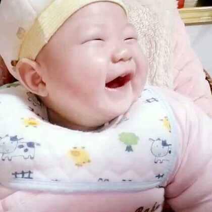 4个月宝贝萱萱第一次被外婆逗的笑出声☺ 只有外婆逗才笑出声(ಥ_ಥ) 妈妈逗都没用。。。外婆厉害👍!