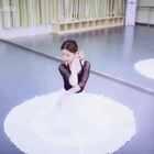 ✨凉凉--杨宗纬 张碧晨💫#舞蹈#你们唤了我好久的舞蹈,终于跳了😜最近一直单曲循环的歌,即兴了一下,希望没让你们失望呀~本来准备的服装不是这套,水袖下次选个合适的歌再来用😊最近不跳韩舞啦,所以你们要不要来点个赞呀🙈微博👉https://weibo.com/u/1831074395