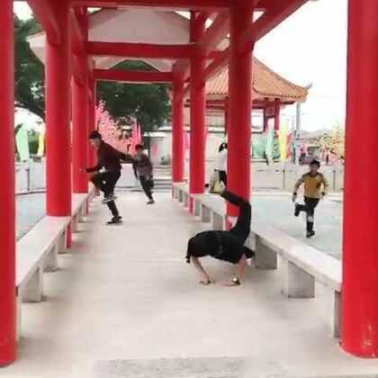 """封面的黑衣服女生像在练""""蝎子功""""么😂??#游戏##随手美拍##永远的师生情#@树嵩老师"""