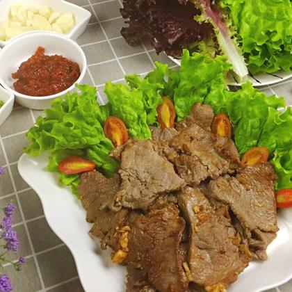 朝族人家吃烤肉的时候一定要有生菜,辣椒圈,蒜片还有酱料,这种吃法已经成为了一种文化,小媳妇认为,这种吃法是蛋白质和维生素的合理搭配,非常有益于健康哦!👍😀#美食##美食作业##地方美食#