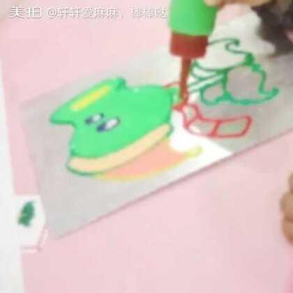 第一次作画,老师说难得有男孩子这么小坐的这么久不玩的😁,很认真画完两幅烤干带回家。