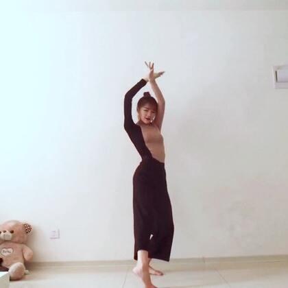 🌸风月——黄龄🌸特别喜欢的小白老师编舞,#古典舞#自己改了一丢丢。真心觉得别的国家的舞蹈都能模仿,但中国风的舞蹈没有多年基础沉淀是跳不出感觉的。给我们自己的#舞蹈#点赞👍我没有古典舞基础,身体肯定硬。尽自己最大努力了❤下一个更新蔡依林的play我呸💃🏻#韩流一手党#@韩流一手党