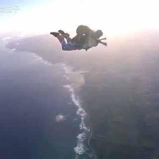 #15000英尺高空跳伞# 一直相信人生不是一条直线,而是由一个个闪光的瞬间点亮的星云。Those moments bocome my galaxy😊 --2017.3.7夏威夷15000英尺Skydiving