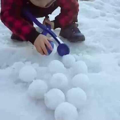外面的雪都开始化了,所以没等化完之前在玩玩😊😊我们的强强做的好多雪球😍