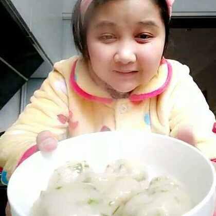 #美食##家庭自制美食#做个火锅丸子,自己做的好吃,小刘说怎么做的好吃,我自己尝尝了下好吃,小刘说还没熟呢,我没煮太熟等在吃的时候在煮下,亲们也自己动手做吧,喜欢给个赞关注下谢谢,我微信在个性签名里。