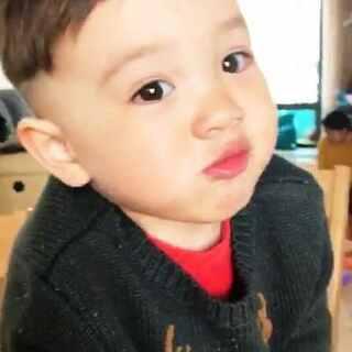 Ethan的新发型 勉强拍了一段#宝宝##男神##Ethan30个月#昨天有几位粉丝说可以尝试两边铲 不光两边铲了 后面也铲了😝我怎么感觉这发型看起来耳朵眼睛都好大呢😸