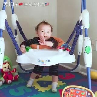 #宝宝#这个真的很实用一早上把BB放上面我就可以干自己的事了,即安全有可以锻炼腿部肌肉,还可以自娱自乐😊😊貌似他越来喜欢💕了