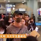 马天宇机场时尚出行,粉丝礼物收不停!