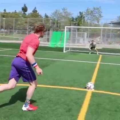 其实我是一个足球高手! 射门小将#热门##搞笑#