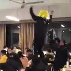 几名杀马特打扮的校外男子闯入宁波大学,扮超人跳窗、站桌上跳舞、跪在老师面前喊妈!求老师的心理阴影~