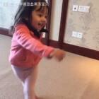 #宝宝##宝宝跳舞##萌宝宝##混血宝宝#😹😹daddy is fixing carpet and she's dancing like a flying bird all around haha😁