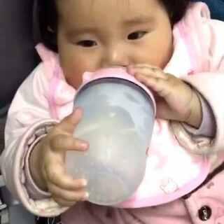 七七真棒自己抱着奶瓶喝完了奶奶,长大了小胖妞#宝宝##宝宝吃饭#七七,7个月23天