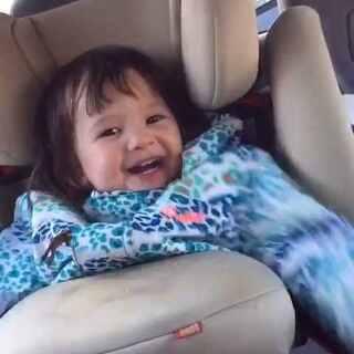 1岁10个月的Lilian去参加表哥的生日会,回来的路上还一遍又一遍的一直唱荷兰语的生日歌😍😍😍@宝宝频道官方账号 @美拍小助手 @玩转美拍 #宝宝##随手美拍##宝宝唱儿歌##宝宝唱歌##混血宝宝#