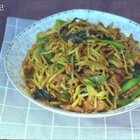 肉丝炒面,再配点辣椒油或者老干妈,感觉忒滋。我们这边的标配是绿豆芽和小青菜,你们那边呢? #美食#