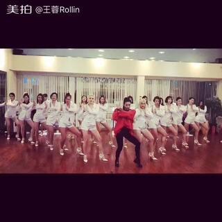 王蓉微博配文: 当当当~~~姐姐跳舞的样子是不是很迷人……我跳的可是最新神曲《啪啪S舞》,泥萌期待嗎……3.30北汽幻速S5上市发布会,大家就能看到我精彩的演出了,我们3.30博鳌見#啪啪S舞#