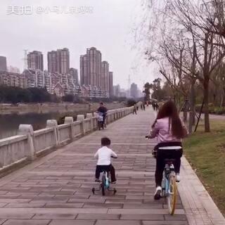 马儿学会骑自行车了👍一起骑单车的背影,看着好感动,第一次和马儿一起骑单车~#宝宝#