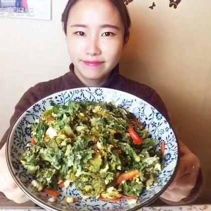 芹菜叶不要扔哦!变废为宝,蒸着吃特别好吃,而且价值很高哦!😋快来试试吧~#美食##自制美食#
