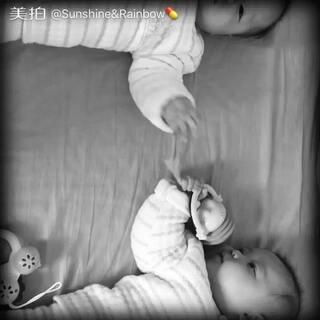 #宝宝#不管不管,我们就喜欢一个玩具😈😈#最萌双胞胎#