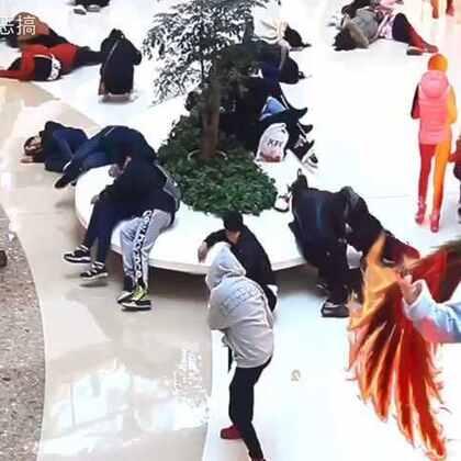中国小伙用超能力吓懵路人!#愚人节快乐#