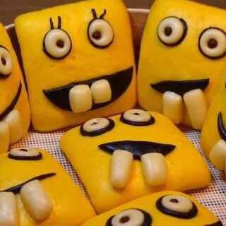 【龅牙海绵宝宝】没错~就是龅牙😄!虽然丑了点,但是还是很可爱哒。做起来也不难,家有宝宝的小伙伴们玩起来吧,下次咱们做个派大星如何?既然来了~点个赞再走呗😘😘😘想要视频中的同款面包机链接放评论里啦。#愚人节美食##美食##玩转花样面点#