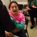 哈哈哈!杀银了!一家三口还都情侣衫呢[!😊😂她老公抱着的孩子打针都不哭[偷笑]👍#热门##搞笑#看完给我点个赞吧