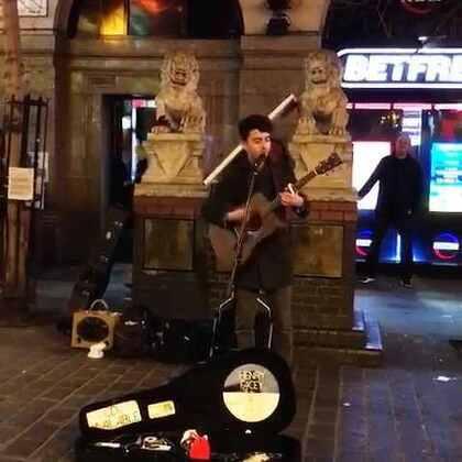 #伦敦街拍#伦敦唐人街的瞬间,唱的好听哦😄👍😊