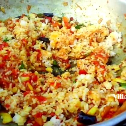 印度人野炊,做西红柿洋葱炒饭,看着还不错.😃😃😃