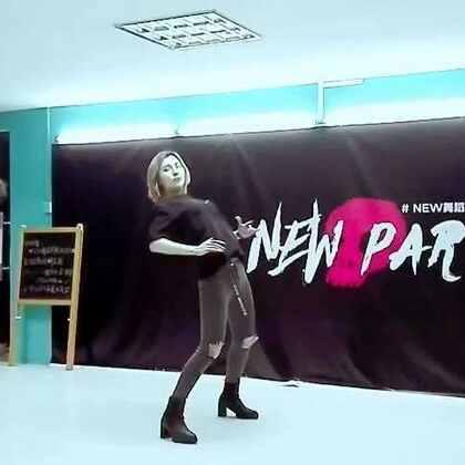 封面厉害了,迷恋下腰的饭饭哈哈哈哈🤣我出差刚回,工作有点多,roleplay下周五准时上线!不更你们来打我!!我先跑了。#舞蹈#来微博和我谈恋爱👉https://weibo.com/u/1891128203