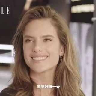 """#给年轻女孩的5个建议#流水的天使,铁打的AA。 作为维密最具代表性的天使之一,Alessandra Ambrosio向来以她爽朗、自信的态度驰骋业界,但能让她在这个以""""美""""为准的行业屹立多年的秘诀是什么?快听AA分享5条至关重要的美丽建议!"""