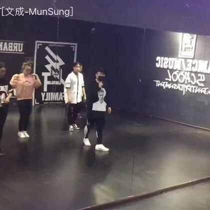 #Wee Woo#周末K-POP女团班课间随拍#我要上热门##SG舞蹈#@美拍小助手 感冒了好难受带着口罩拍的 还不错😁 又一个舞蹈教完啦!