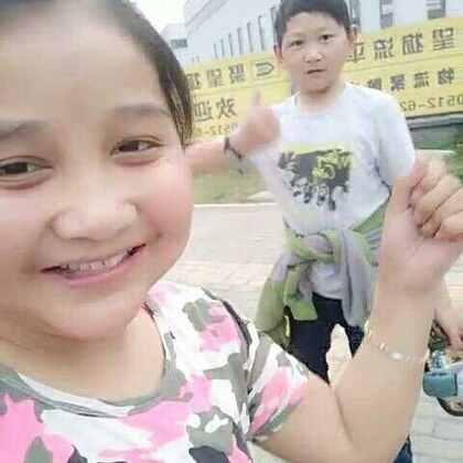 #自拍##饭后散步#吃好饭和小刘又散步了,热的宝宝不想说话了哈哈,喜欢给个赞谢谢,我微信在个性签名里