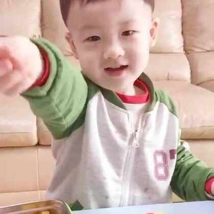 帅帅你怎么能这么爱吃🍓呢……旁边的🍍一口不吃😝#帅帅成长记##宝宝##宝宝吃水果# 2岁5个月+4天