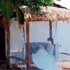 #古香古色# 前几天在网上看到一个漂亮的秋千,索性就把老房子拆剩下的大木头旧物利用了一下……做了个遮阳挡雨的沙发床秋千!#手工# (上次准备的樱花茶还有一些没送完,这次再抓10个小宝全送出去呗😜另外再逮一个小朋友送视频最后那套水蓝色的仙女裙😈谢谢你们一直都在,真心的!❤️)