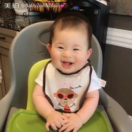 一看到吃的就笑的眼睛都这样了😂还带手舞足蹈😅#宝宝##BabyLouis 8个月#
