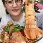 #吃秀##我要上热门##美拍助手,我要上热门#没想到皮皮虾也能啃,一只一斤多比盘子大多了😂😂😘😘😘