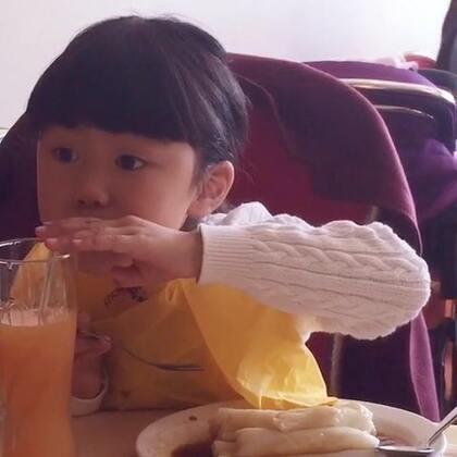 看小P吃肠粉,看出了那种山珍海味不及自己最爱的食物的幸福感☺☺☺#宝宝#