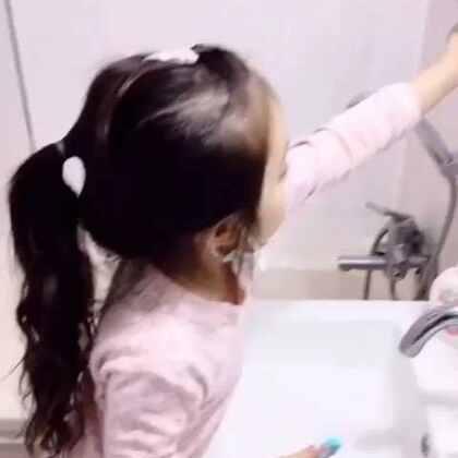 #宝宝##自拍##梨涡妹妹金在恩#每次刷牙都很认真的在恩😃带着口罩刷了好一会儿😂每位宝宝都要从小注意保护牙齿哦👏
