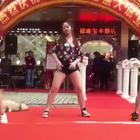 汪:店老板花高价请我来尬舞,不卖力不行啊!!!#宠物##搞笑#
