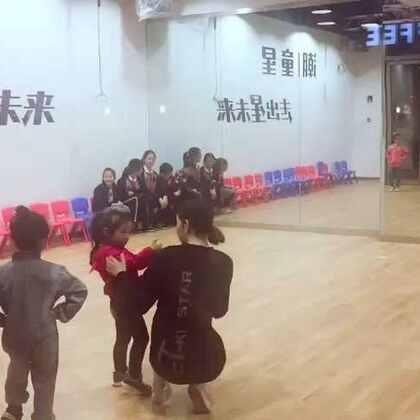 潮童星老师教MARY学习走秀