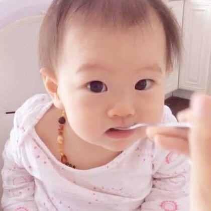 坑娃妈妈,让宝宝吃空勺子。丸子🍡觉得味道也不错嘛🙈😋😝#吃秀##宝宝#