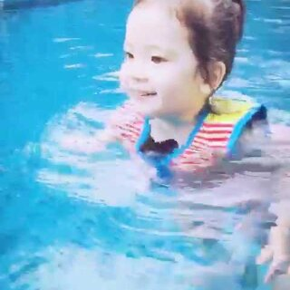 午睡前跟她说一会午睡后去游泳,结果她开心的只睡了一小时就醒了然后自己屁颠屁颠的拿了游衣换上要下楼去。太喜欢游泳了😊#annie游泳##宝宝#来段原音的话痨游泳