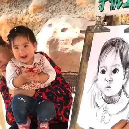 北京欢乐谷,给果果画素描,像不像?婴儿肥的果果一岁俩个月大了,画像特此纪念惠存。亮眼睛👀#宝宝##萌宝宝#